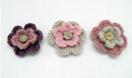 KNITTED FLOWER WITH BUTTON 5.5cm 0508030